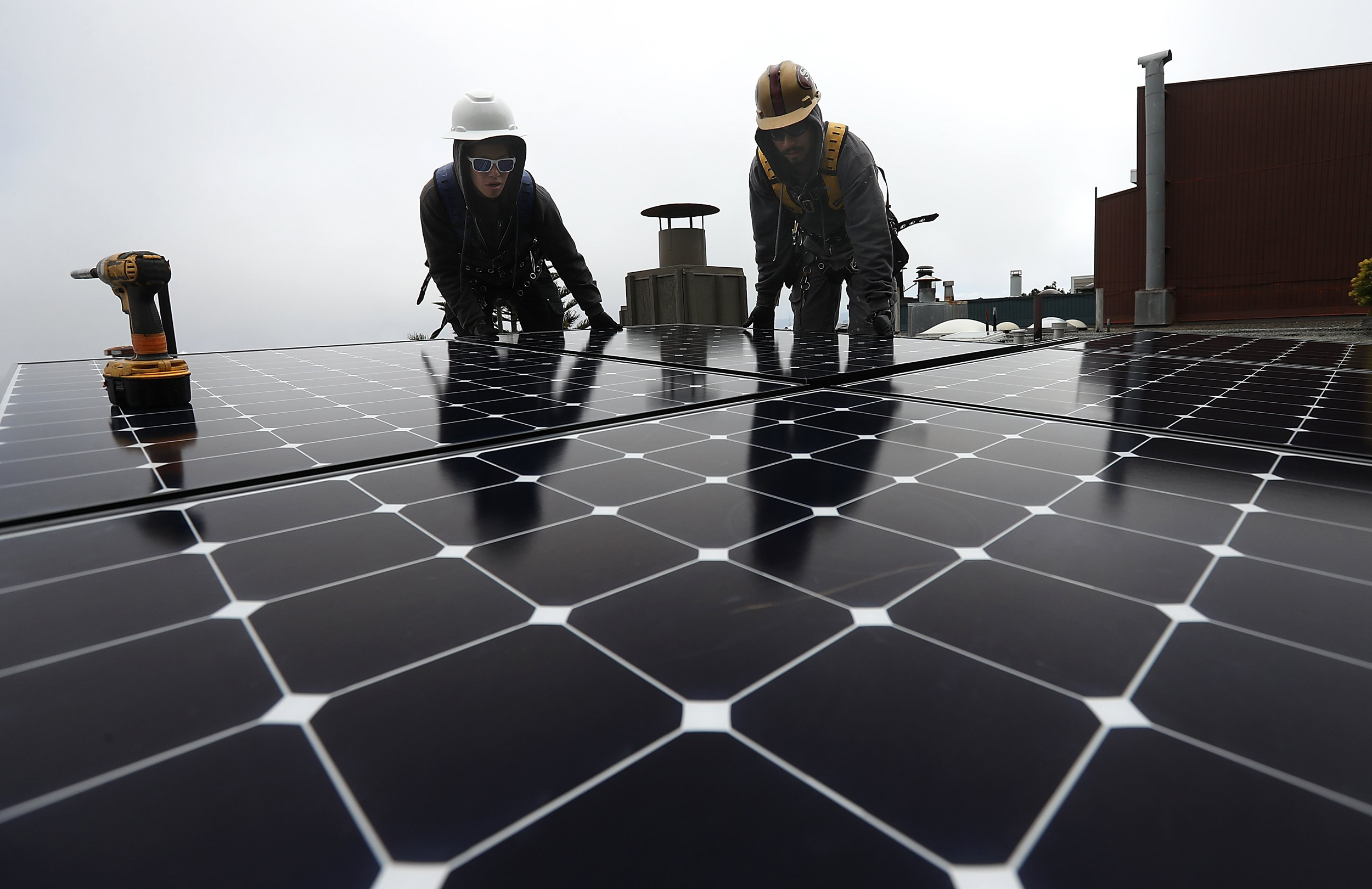 California makes big bet on solar, requiring panels for new homes