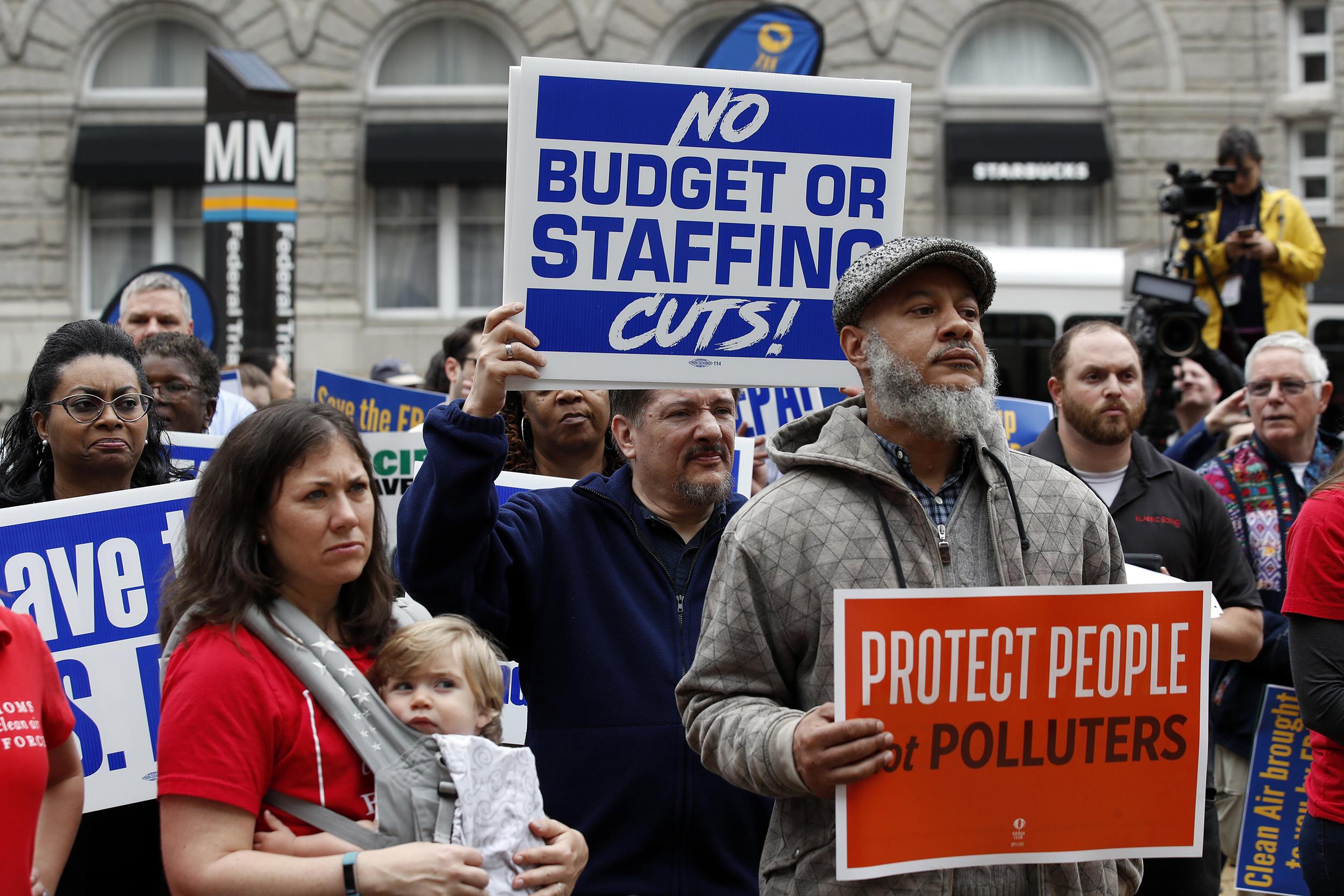 Trump-signs-orders-targeting-federal-workers,-union-activities
