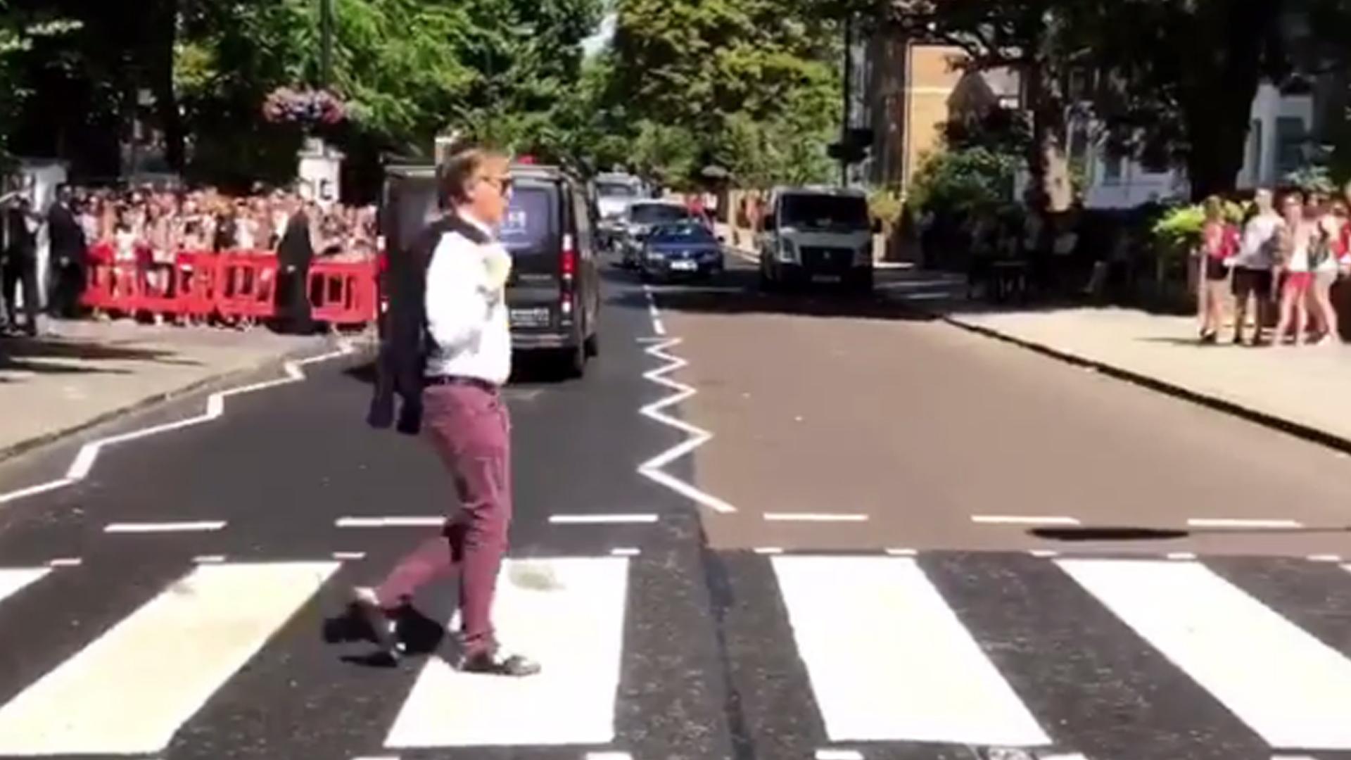 Paul Mccartney Re Creates The Beatles Famous Abbey Road