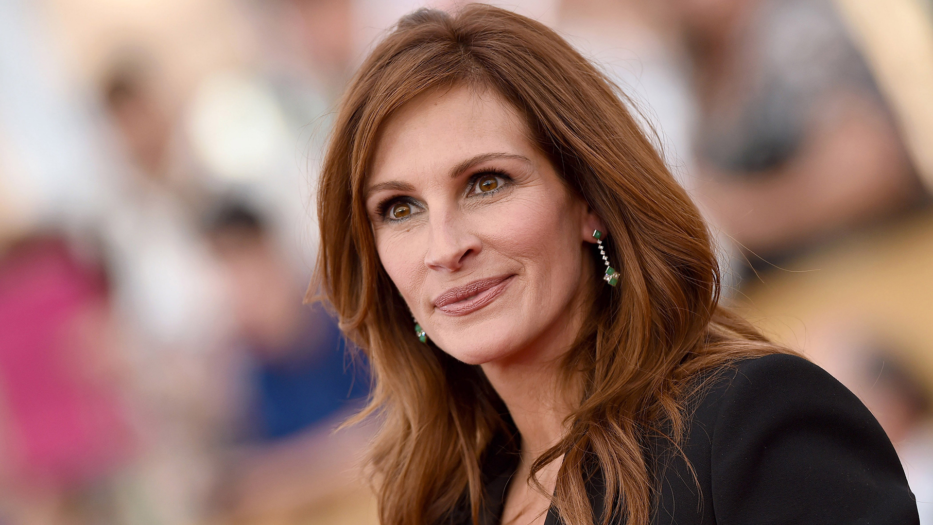 Julia Roberts Debuts Blond Hair To Promote Homecoming