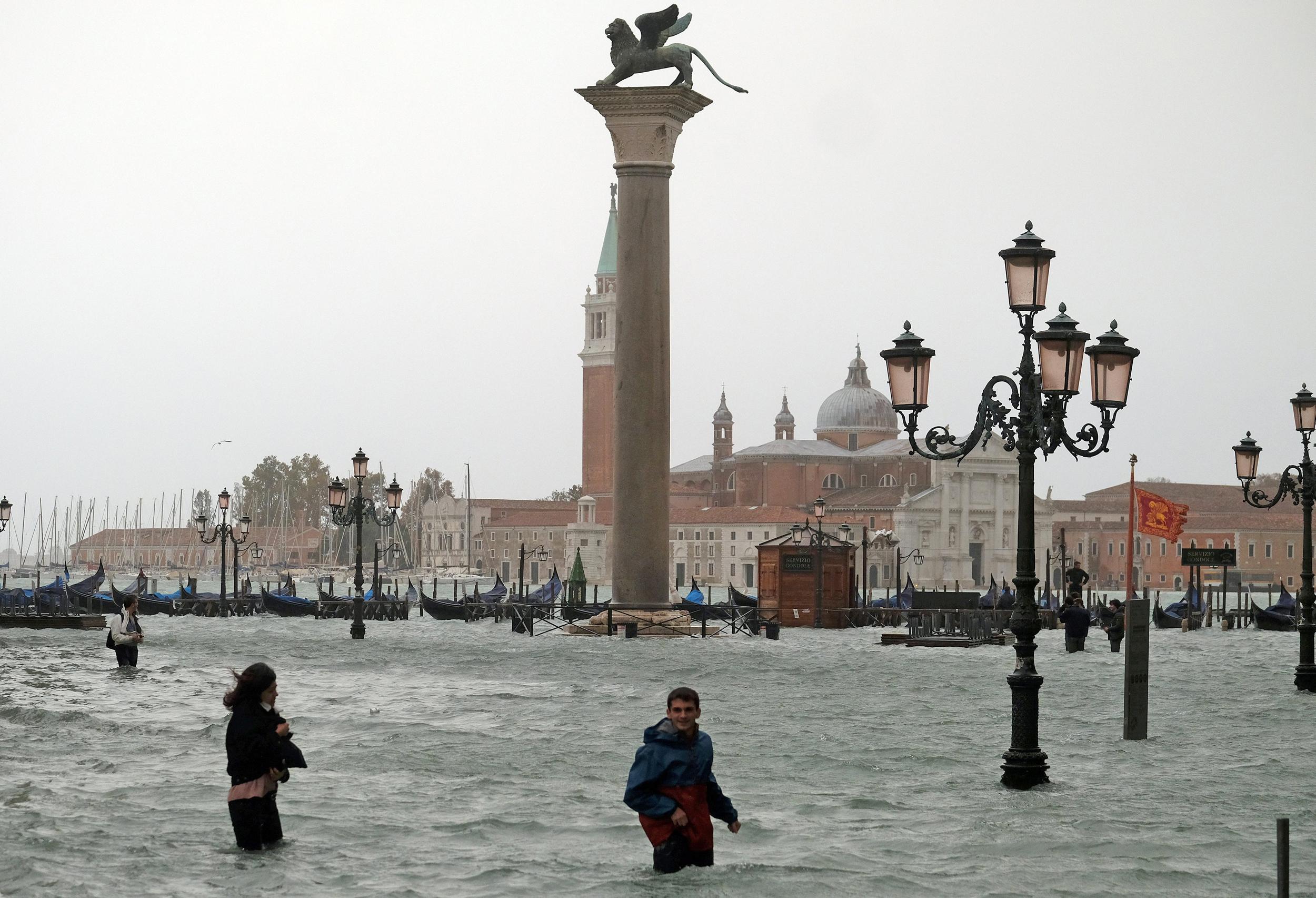 https://media4.s-nbcnews.com/i/newscms/2018_44/2624101/181030-venice-floods-ew-1036a_6650d61ddc57af74fe5cfab22fa6d7fb.jpg