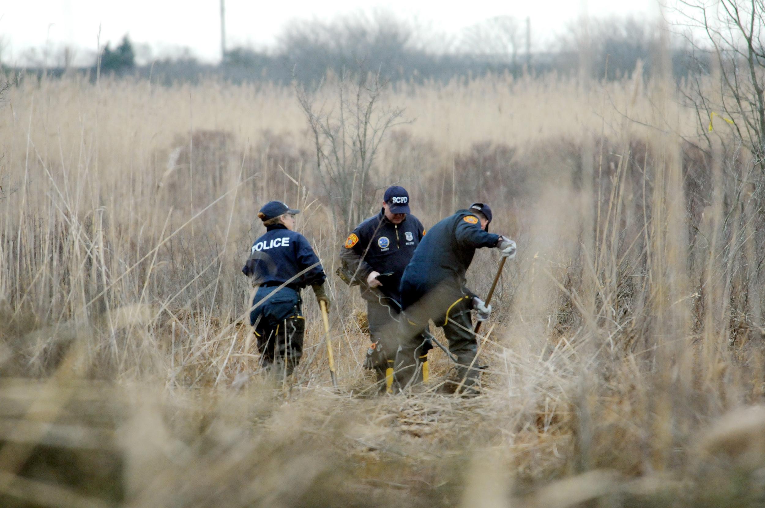 Les enquêteurs de la scène de crime utilisent des détecteurs de métaux pour fouiller un marais à la recherche des restes de Shannan Gilbert