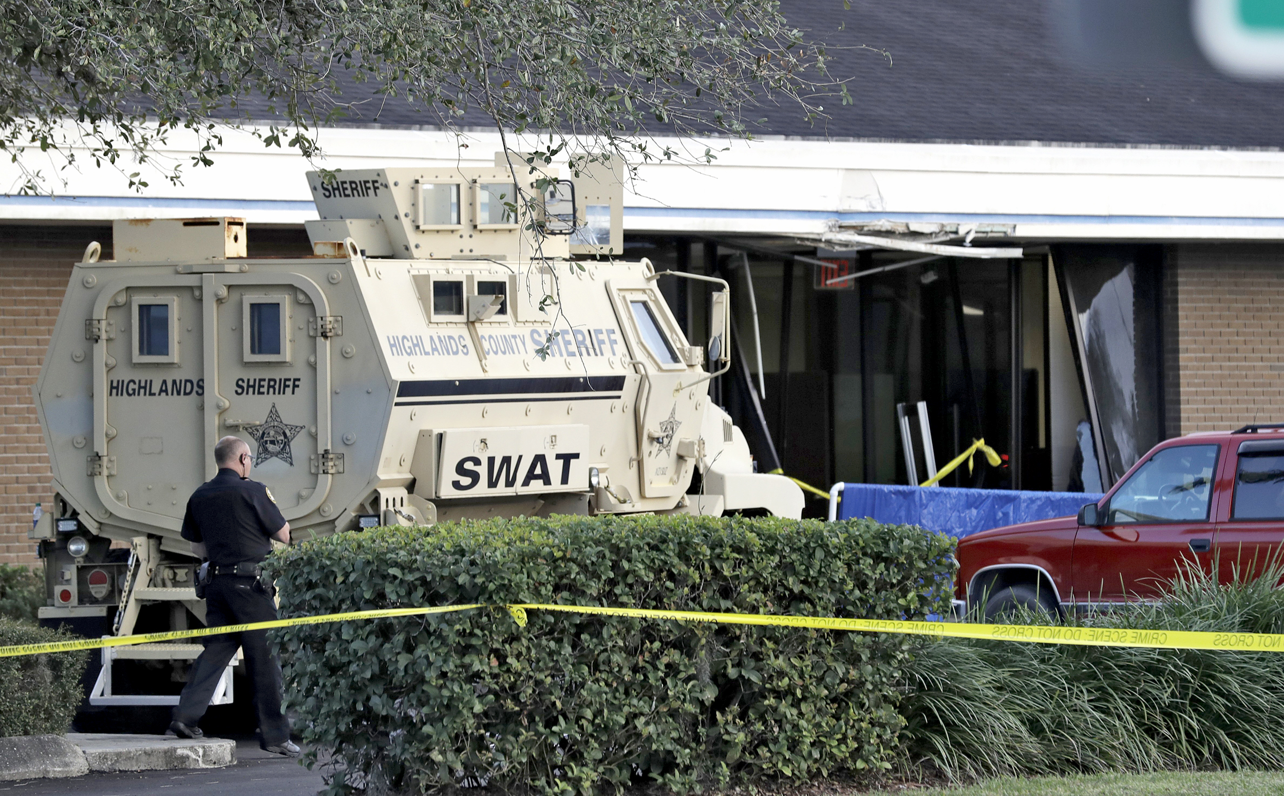 Five people shot dead at SunTrust Bank in Florida, suspect in custody