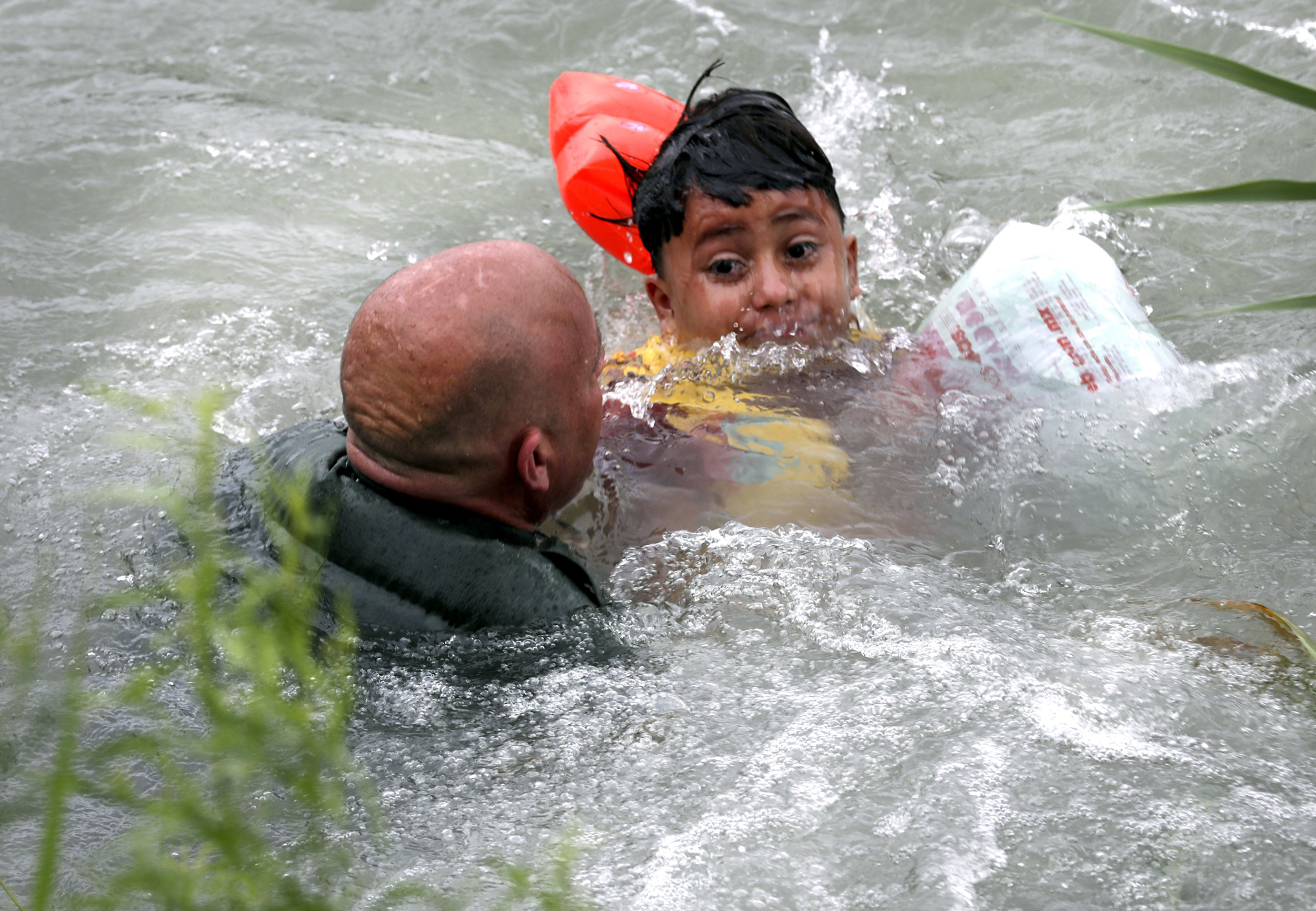 Dramatic-photos-show-Border-Patrol-saving-drowning-migrant-boy