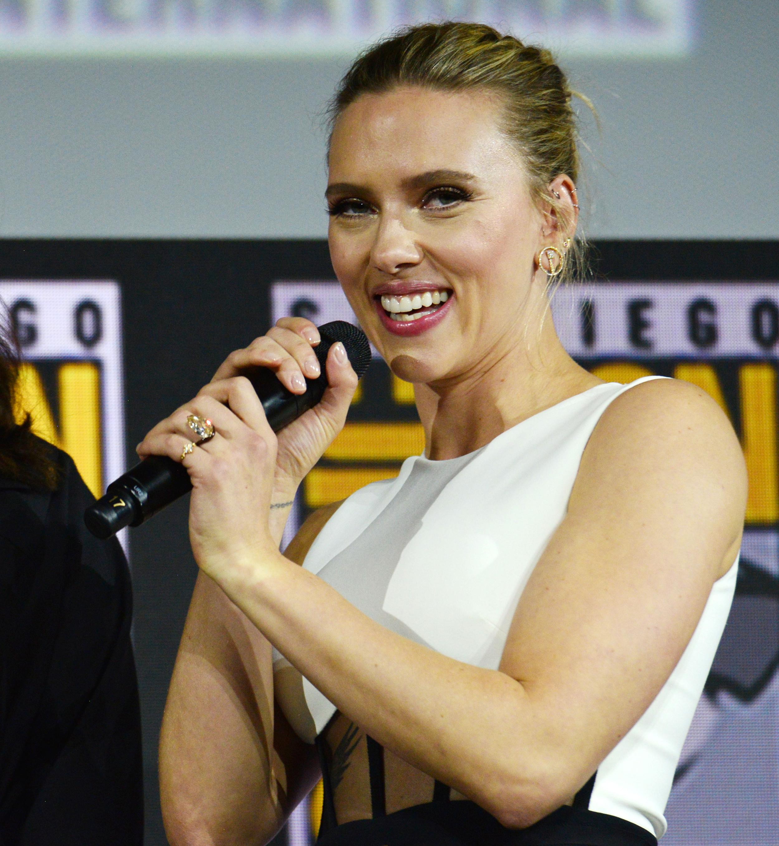 Scarlett Johansson Shows Off Massive 11 Carat Engagement Ring At Comic Con