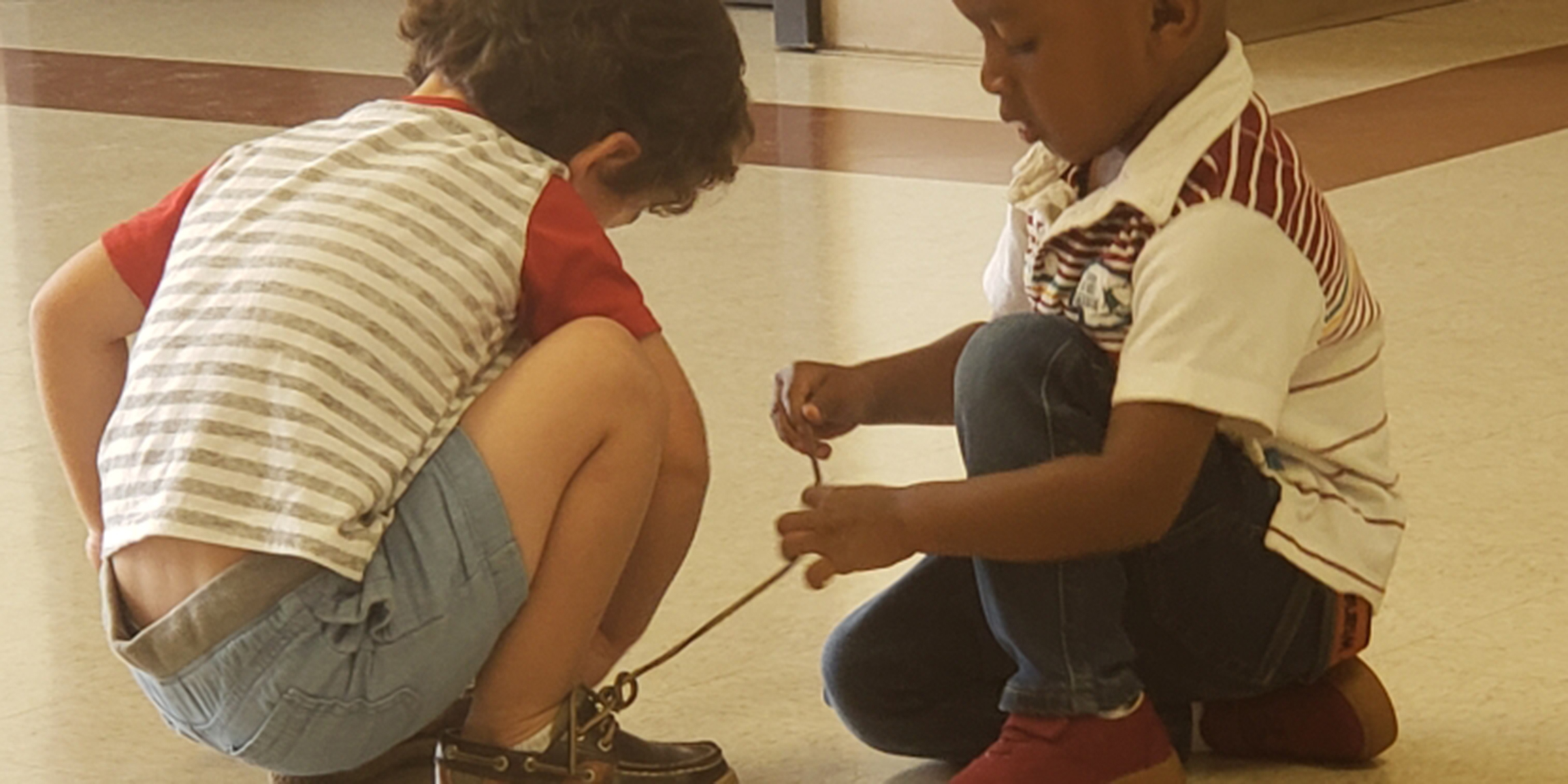 Little boy, 2, shows new friend how to tie his shoelaces in sweet viral photo