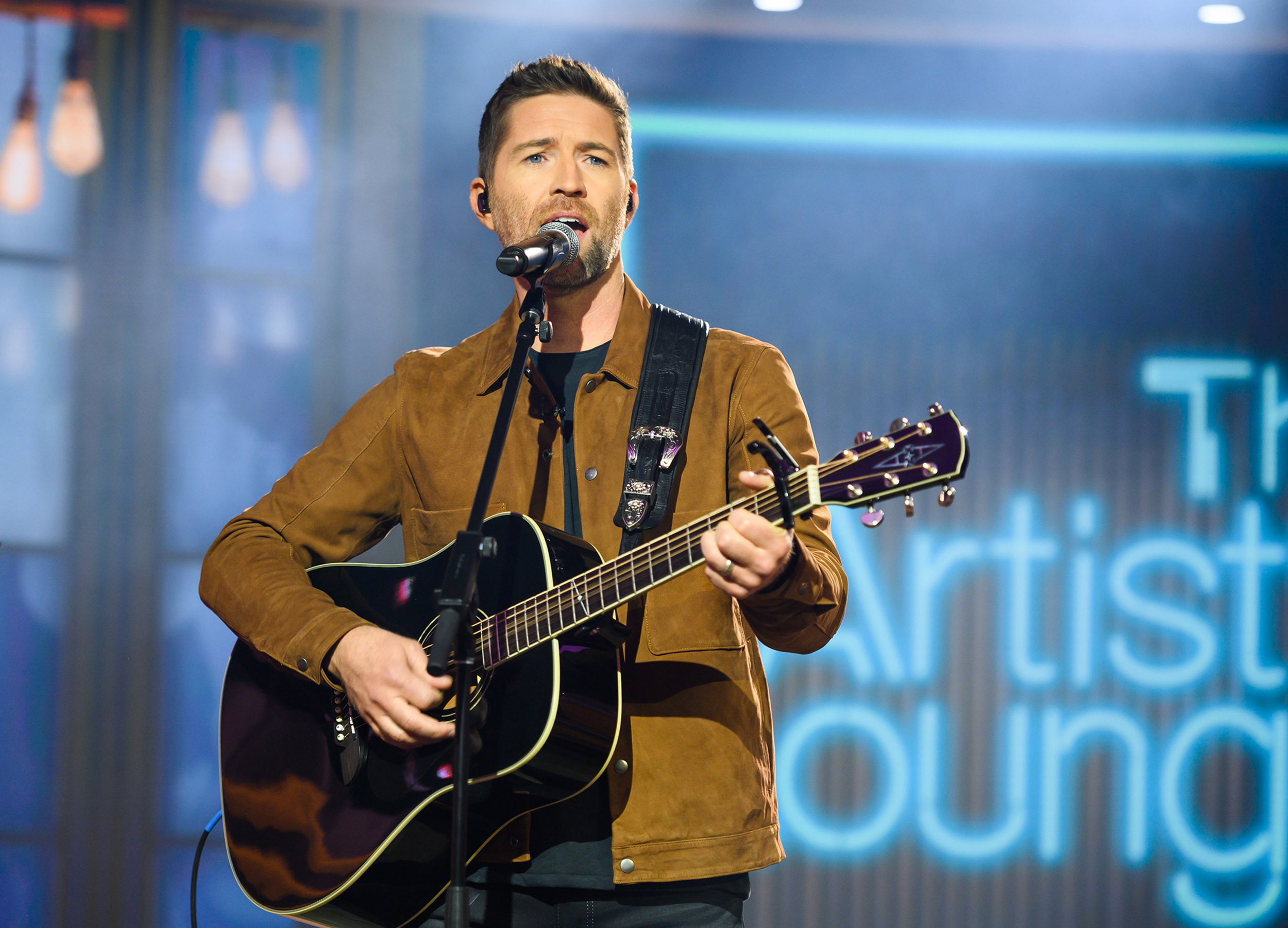 One-dead,-several-injured-after-bus-carrying-singer-Josh-Turner's-road-crew-crashes