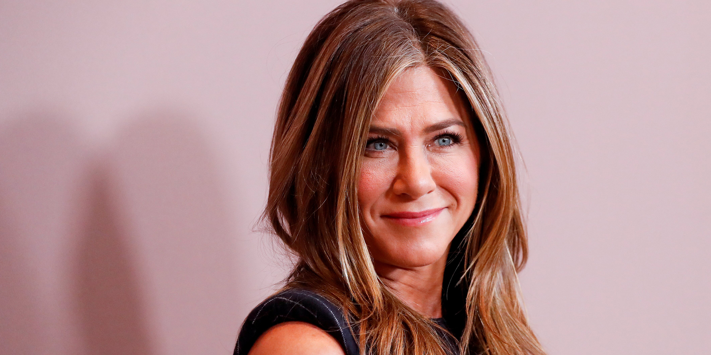 "Jennifer Aniston joins Instagram with ""Friends"" cast selfie"