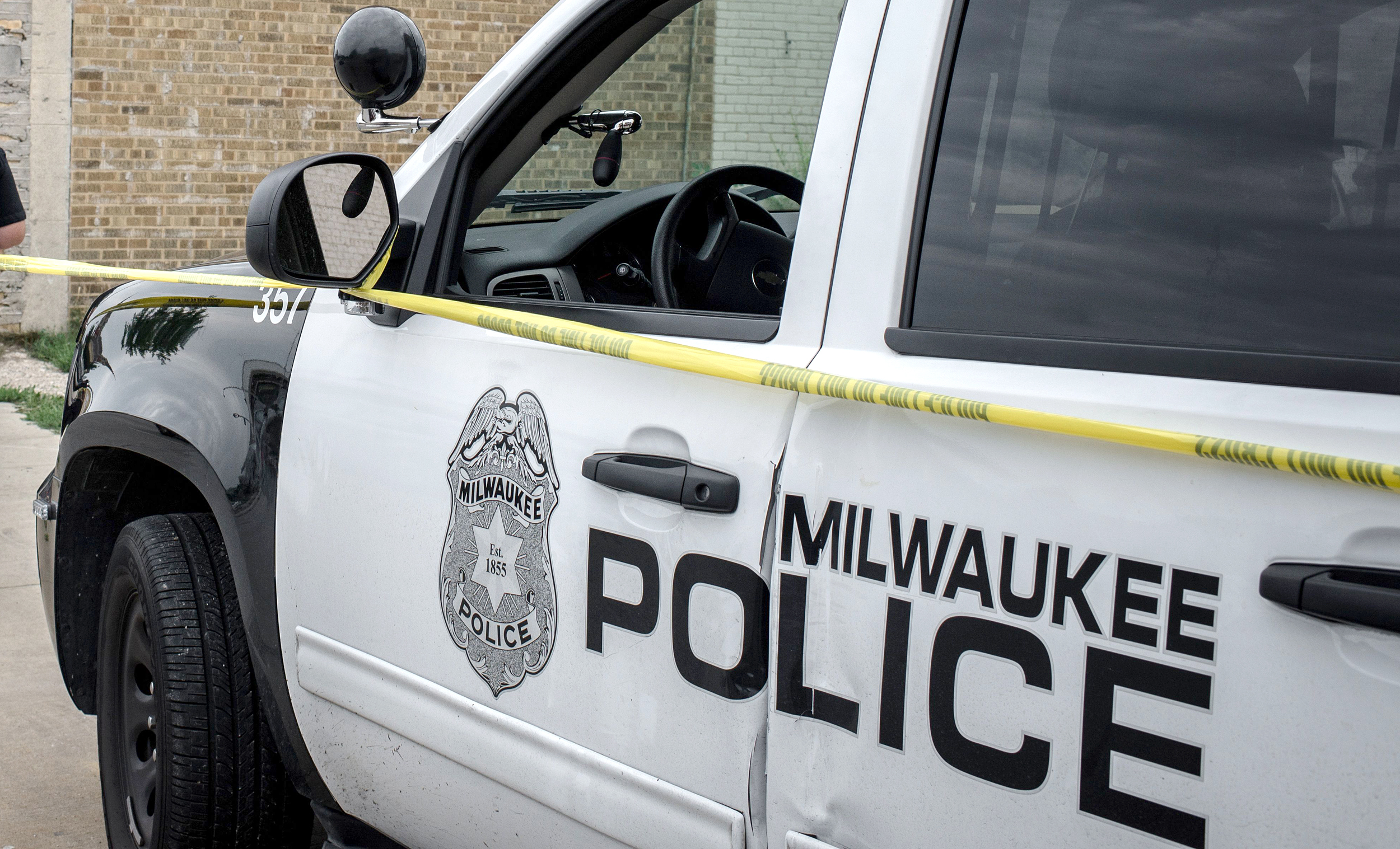 4-year-old Milwaukee girl accidentally shoots father and herself