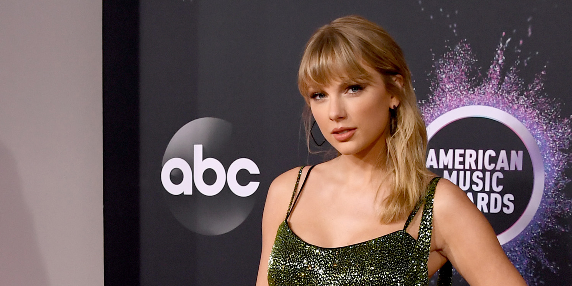 Taylor Swift Makes A Powerful Statement With Amas Performance Outfit