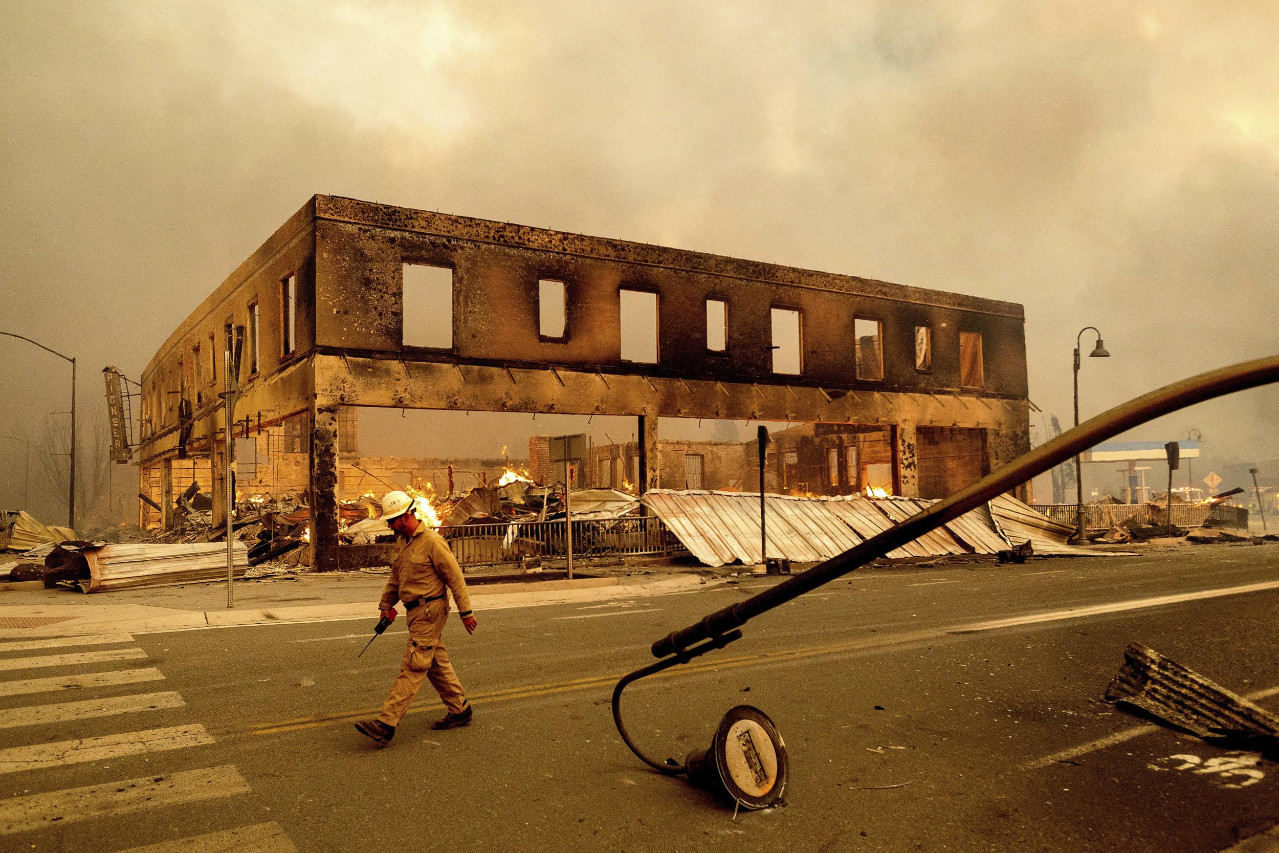 Video shows the Dixie Fire tearing through historic California town