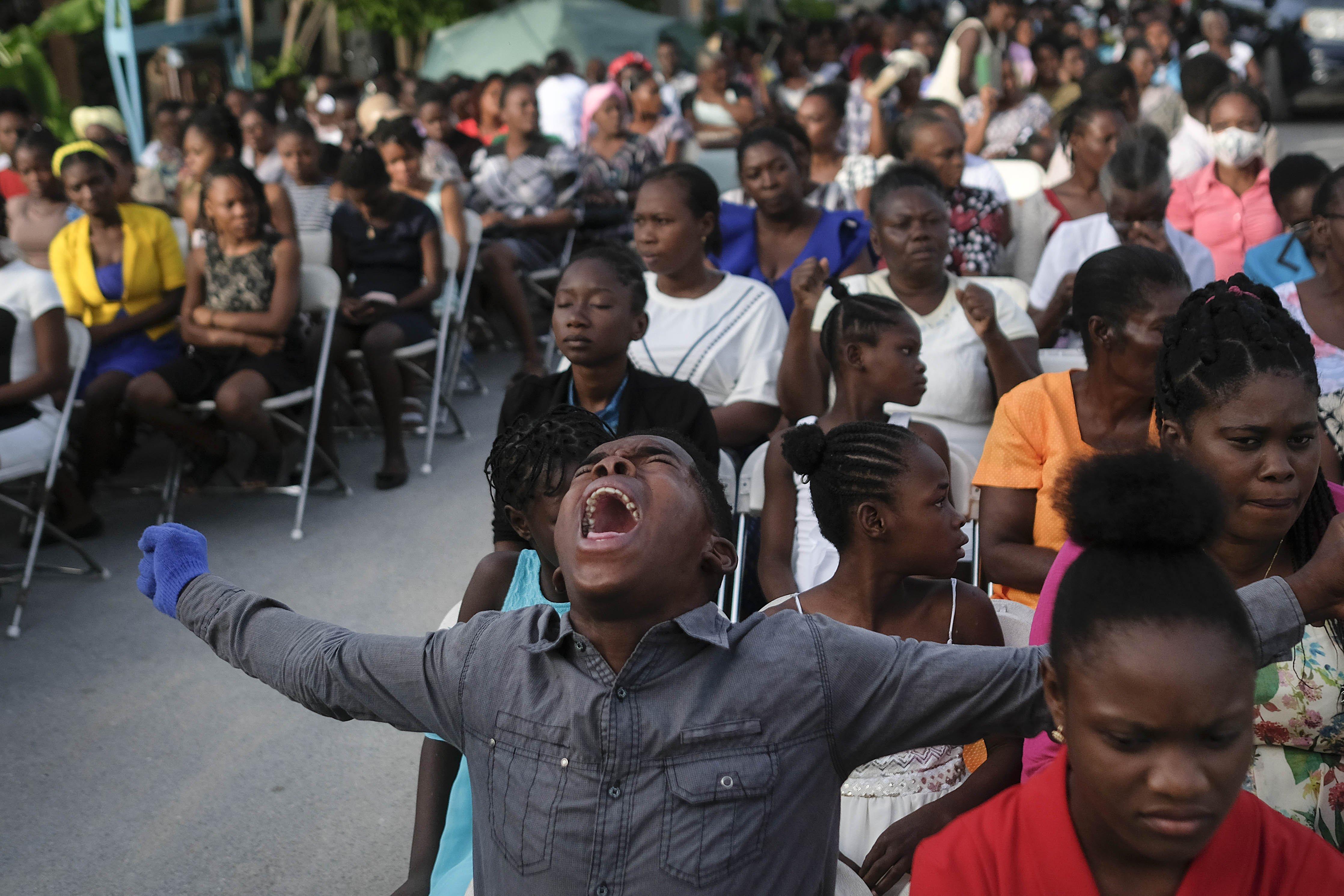 Haitians return to quake-damaged churches; gangs offer aid