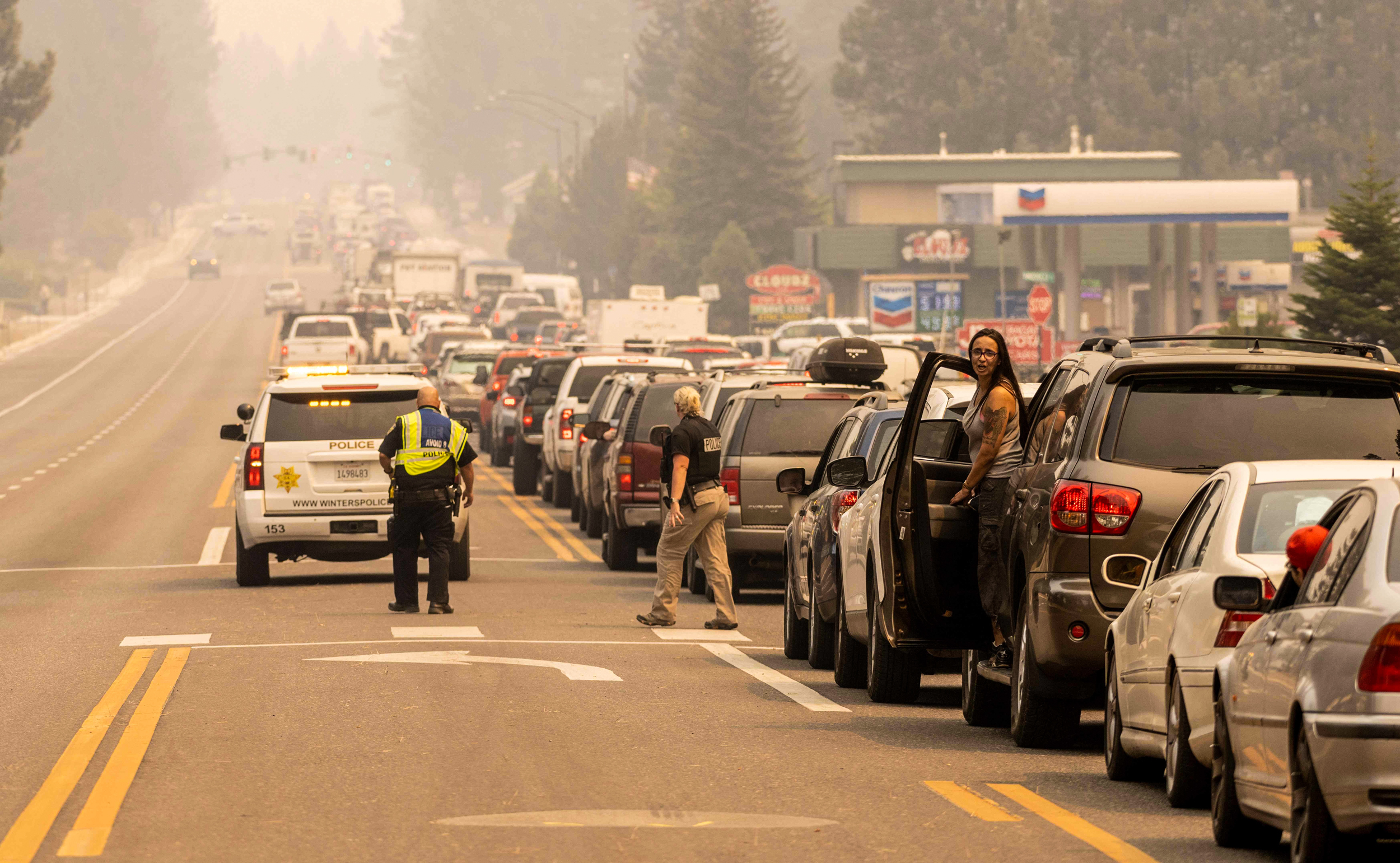 Thousands forced to flee Lake Tahoe as California's Caldor Fire rages