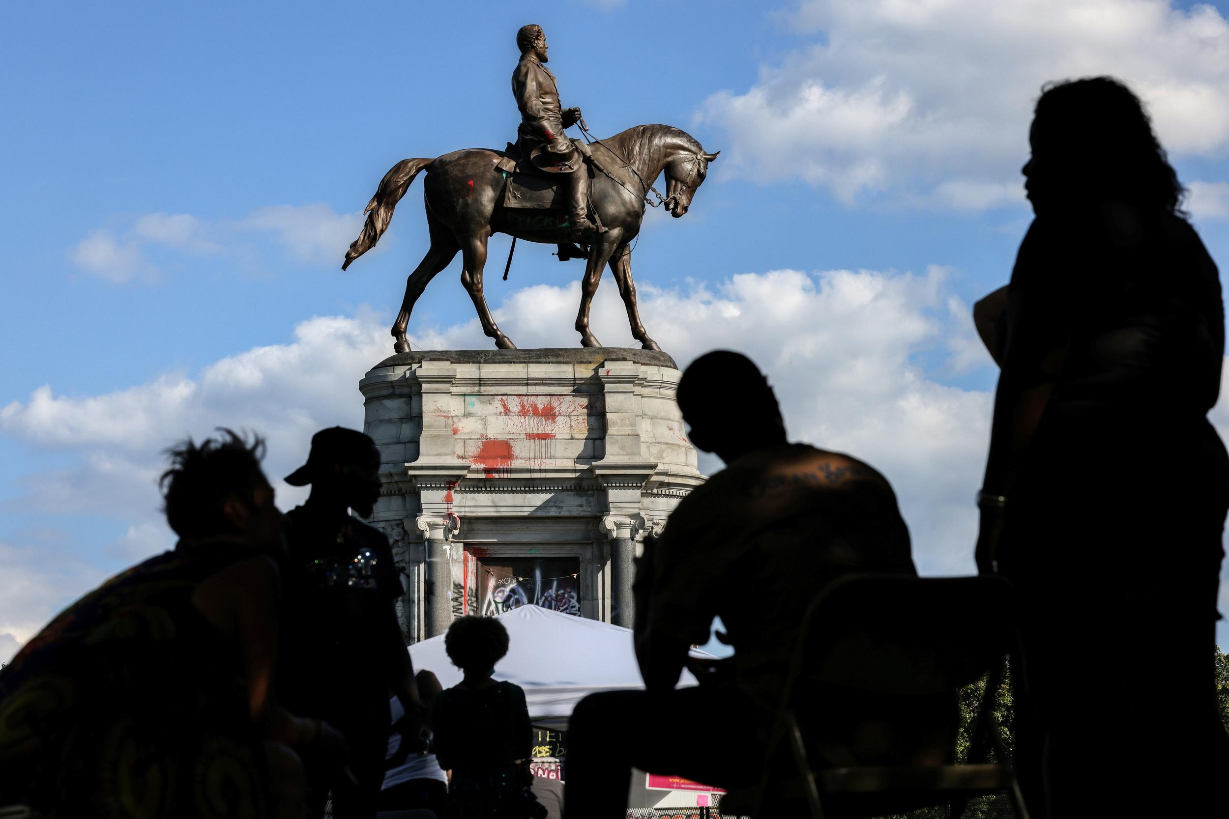 Virginia to remove giant Robert E. Lee statue