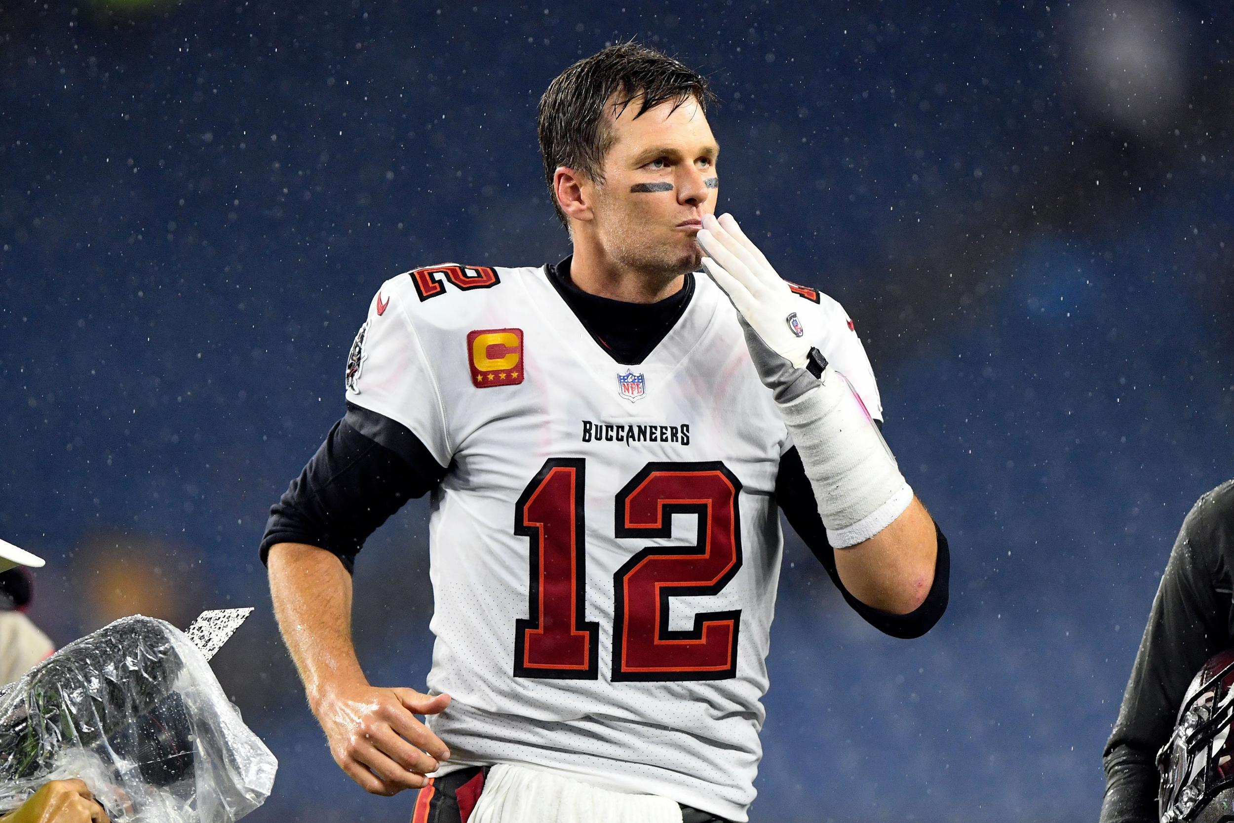 Bucs hold on to win Tom Brady's New England homecoming
