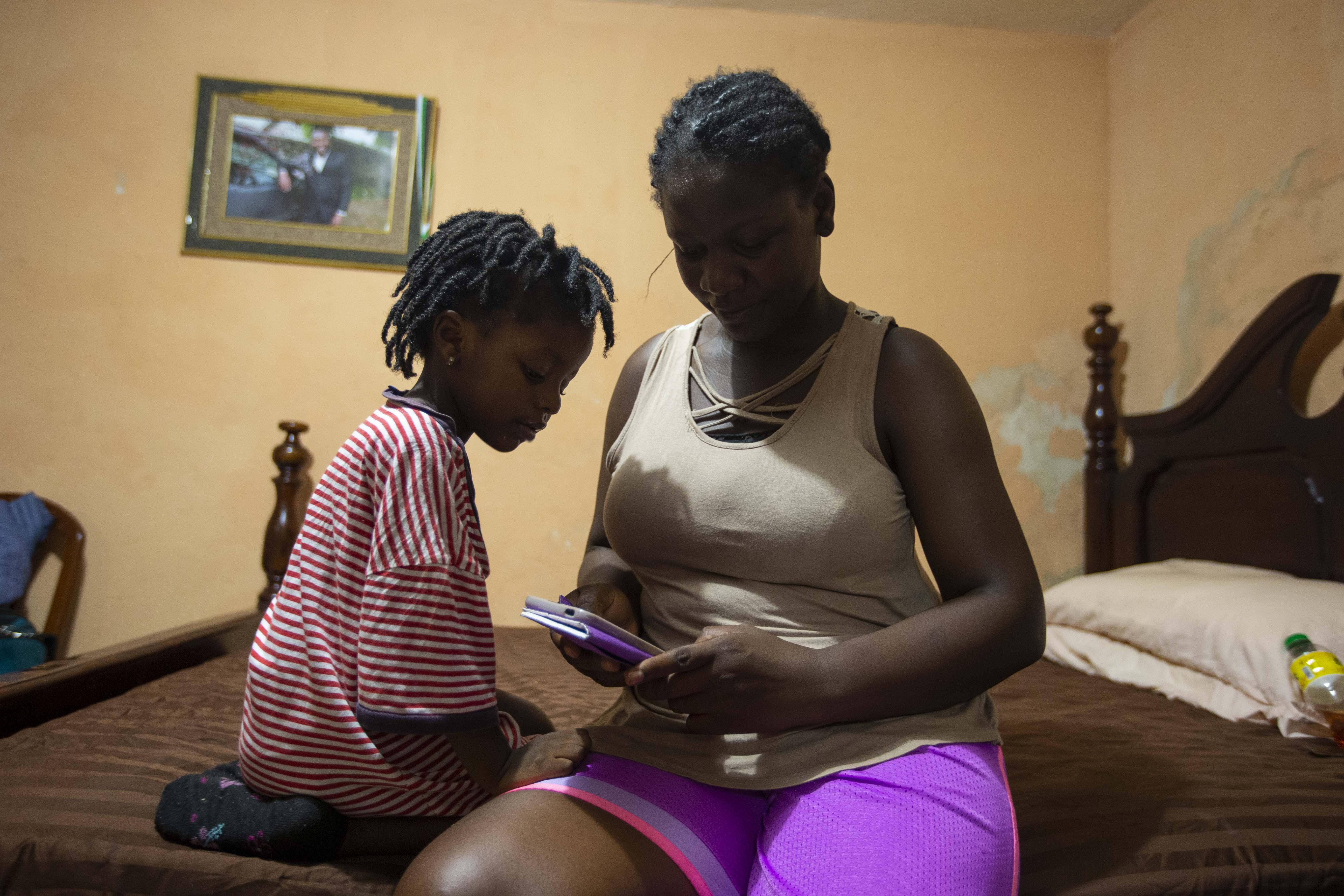 """'Lo único que nunca quise fue que mi hija creciera aquí"""": la angustia y los planes de una familia devuelta a Haití"""