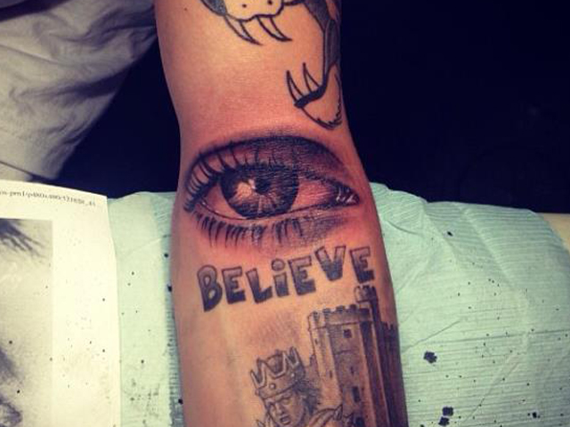 Look, mom! Justin Bieber tattoos mother\'s eye on his arm