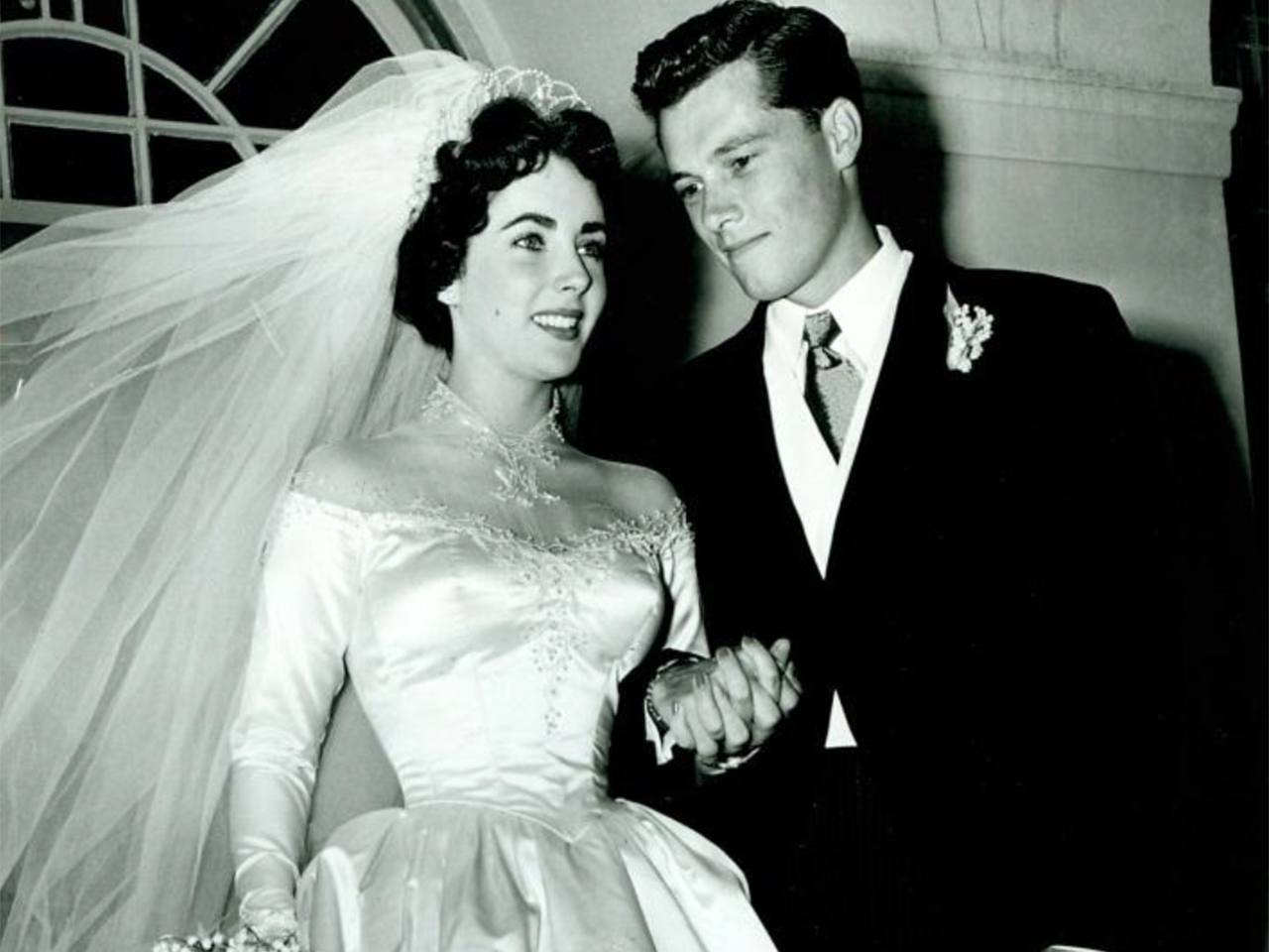 Elizabeth Taylor\'s first wedding gown sells for $188K