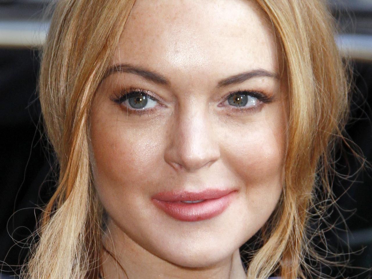 Lindsay Lohan checks i...