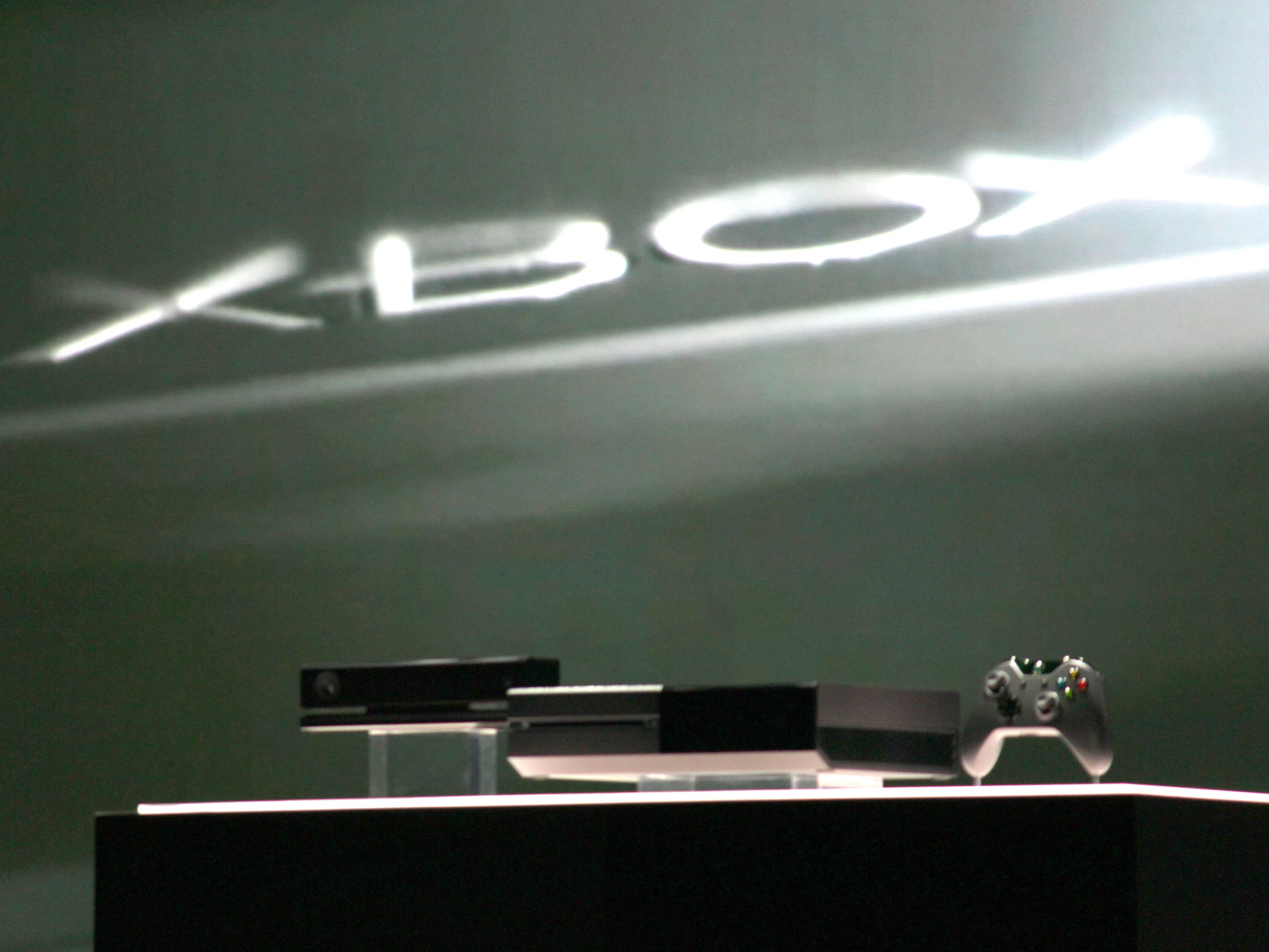 Xbox One with controller and Kinect