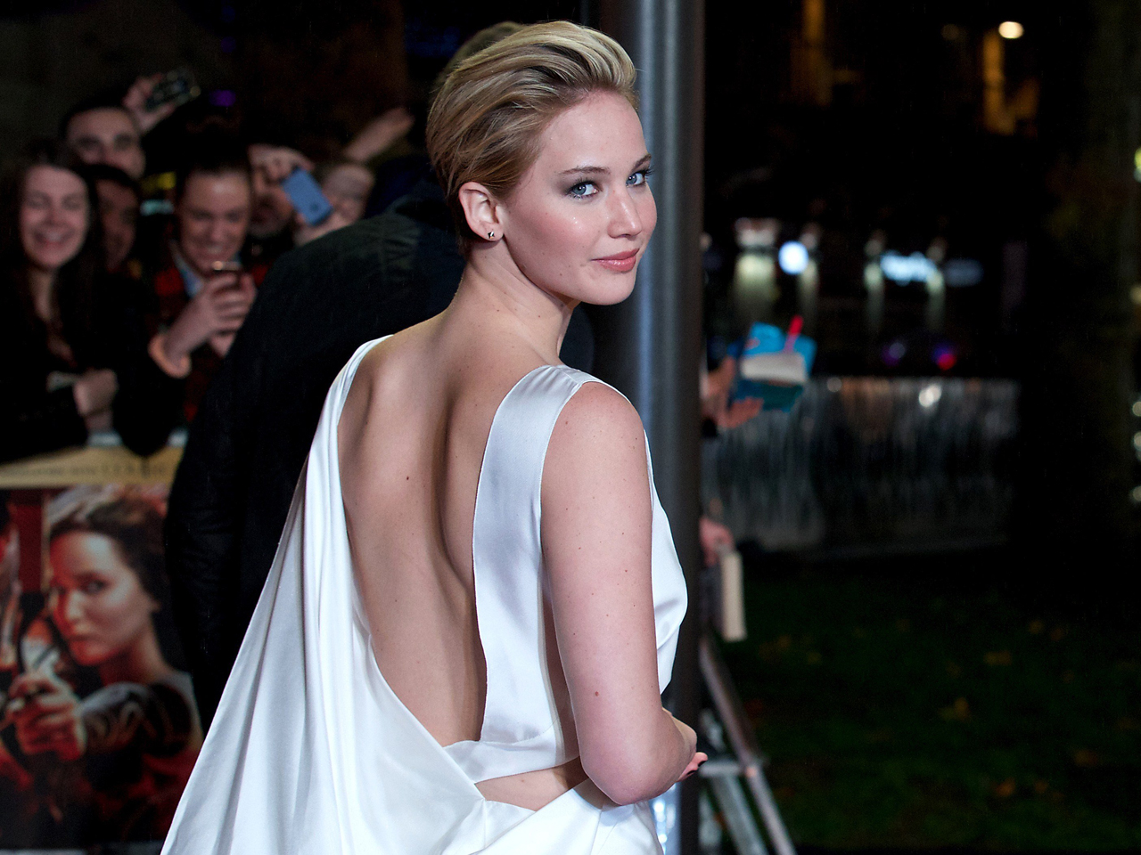 Jennifer Lawrence Leaves Red Carpet To Comfort Fan In Wheelchair - Todaycom-5330