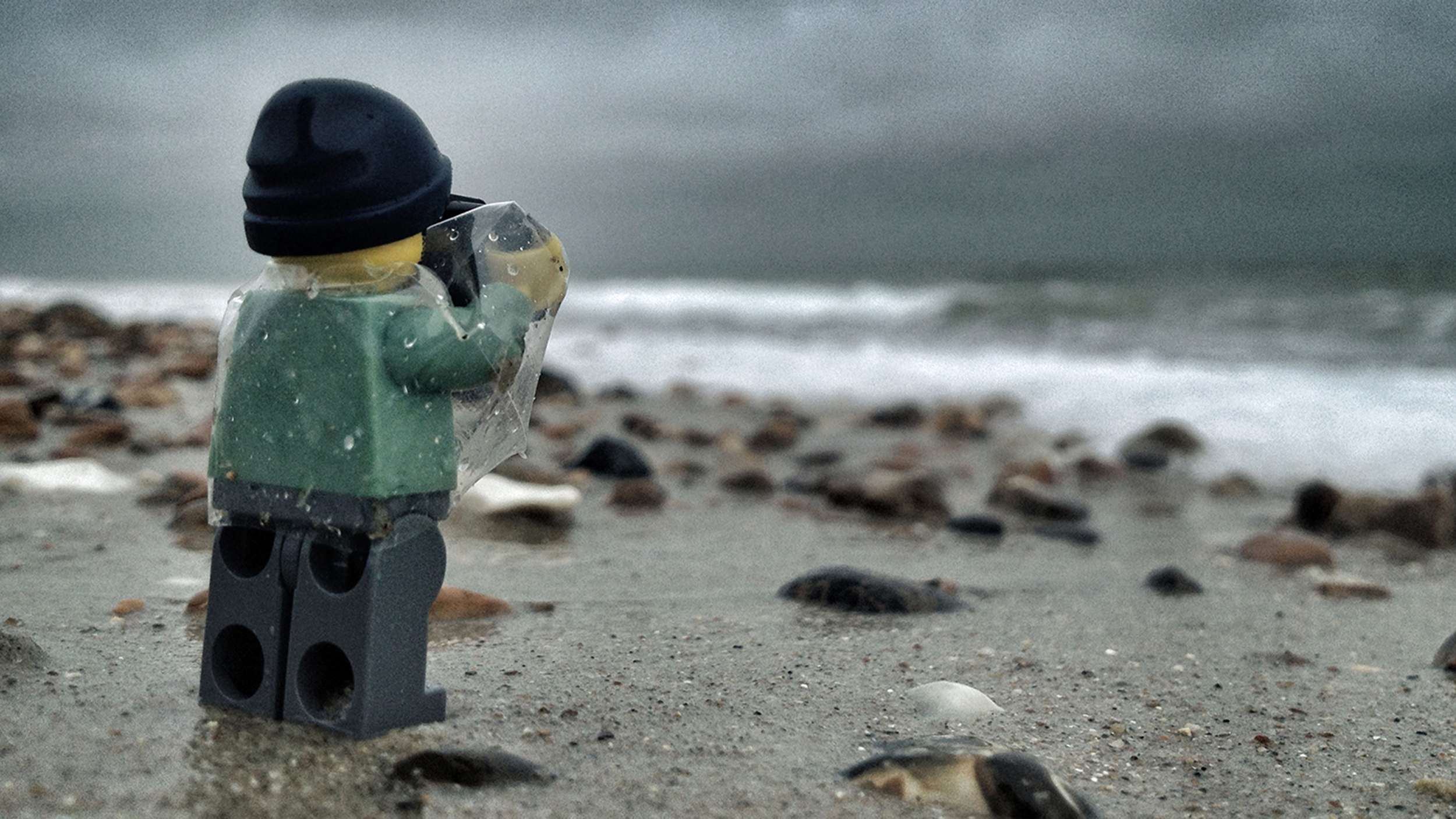 Little Lego Man Travels The UK With His Camera In Hand TODAYcom - Guy photographs his girlfriend as they travel the world