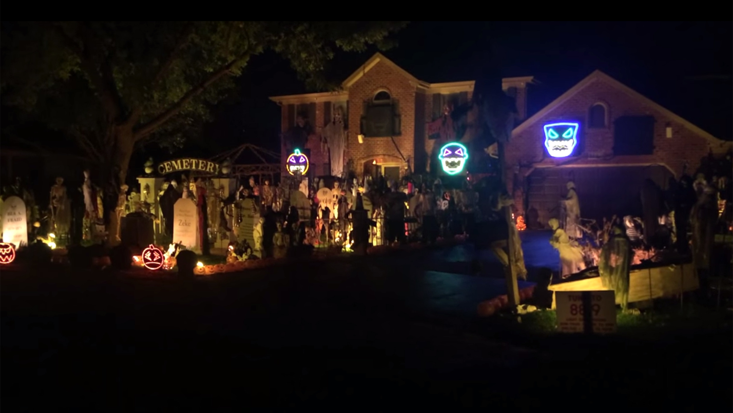 & See Halloween done right with this homeu0027s musical light display