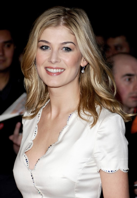 The 38-year old daughter of father Julian Pike and mother Caroline Pike, 175 cm tall Rosamund Pike in 2017 photo