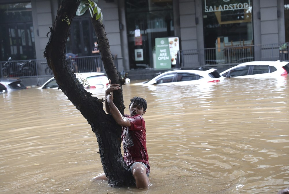 Hundreds Forced to Evacuate as Monsoon Floods Hit Indonesia's Capital of Jakarta