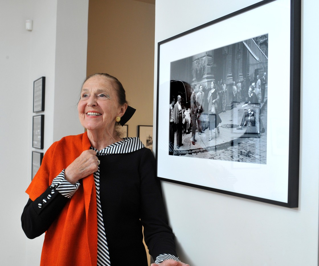 Ninalee Craig ved en udstilling af Ruth Orkins billeder i anledning af 60-års jubilæet for billedet i 2011. Hun har det selvsamme røde sjal på, som hun bar dengang i Firenze i 1951, som vises på fotoet. Foto: Keith Beaty / Toronto Star via Getty Images.