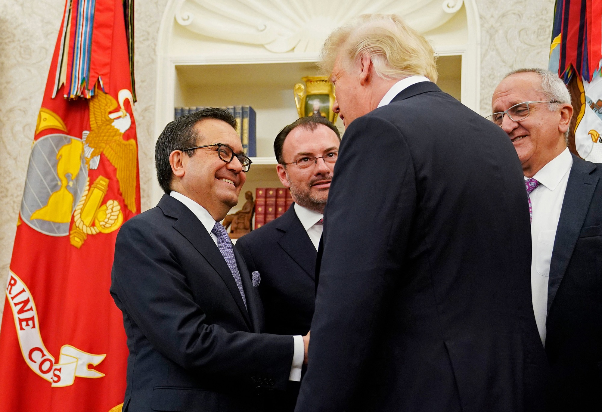 Image: U.S. President Donald Trump shake hands with Mexico's Economy Minister Ildefonso Guajardo Villarreal