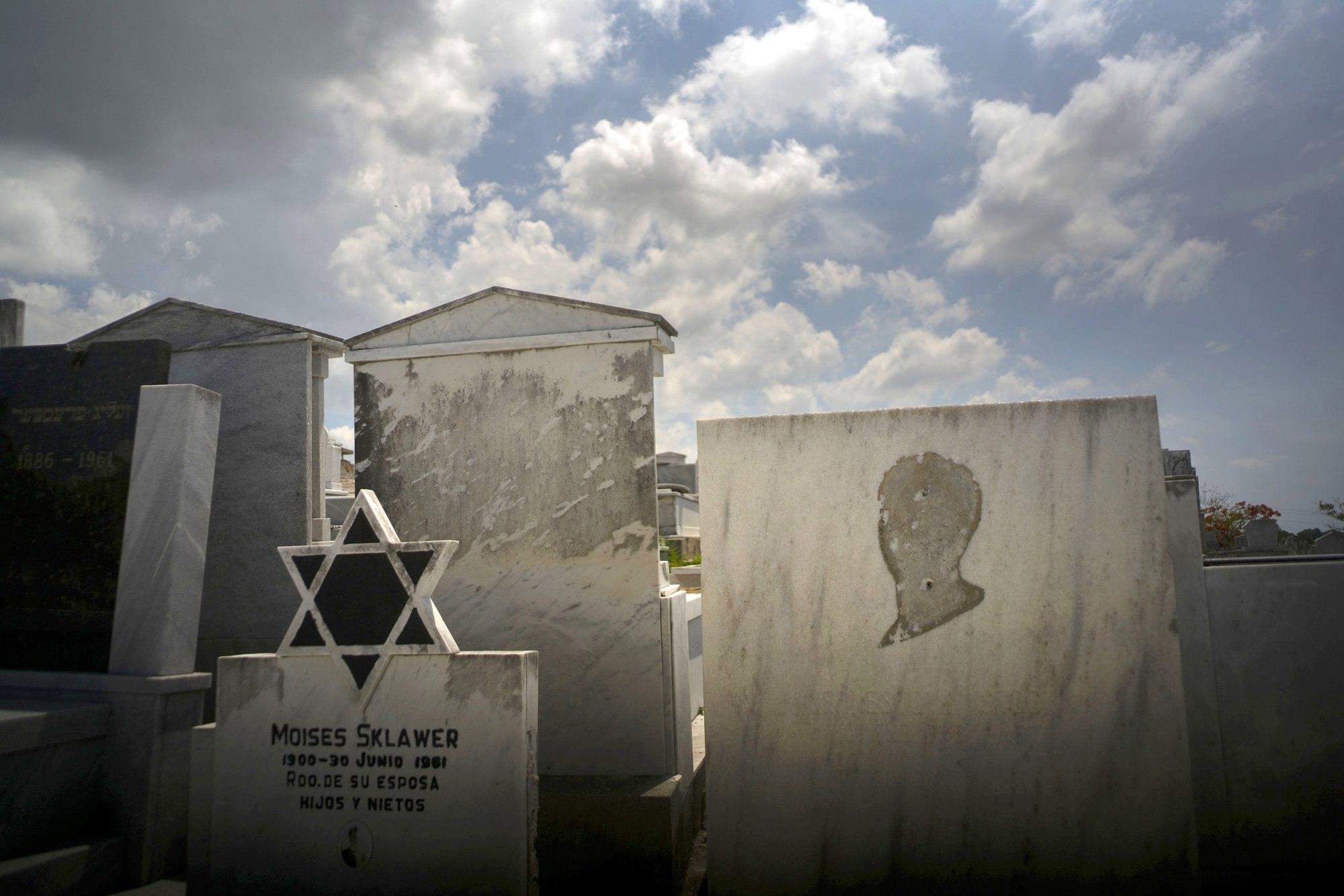 Auf dem jüdischen Friedhof in Guanabacoa, Habana del Este | Bildquelle: https://www.nbcnews.com/n © Ramon Espinosa / AP file | Bilder sind in der Regel urheberrechtlich geschützt