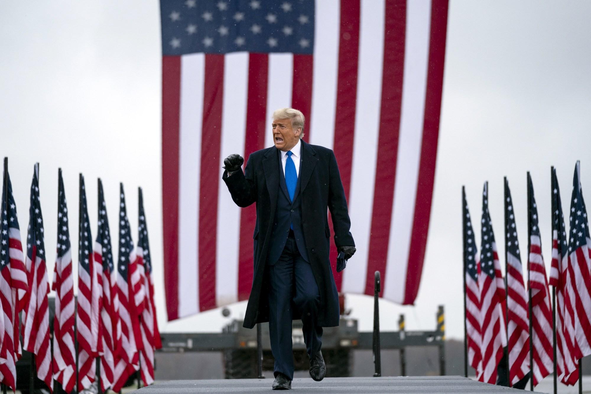 Tổng thống Donald Trump đến Sân bay Quốc tế Capital Region cho một cuộc vận động tranh cử ở Lansing, Mich., Vào thứ Ba 27/10/2020. Evan Vucci / AP.