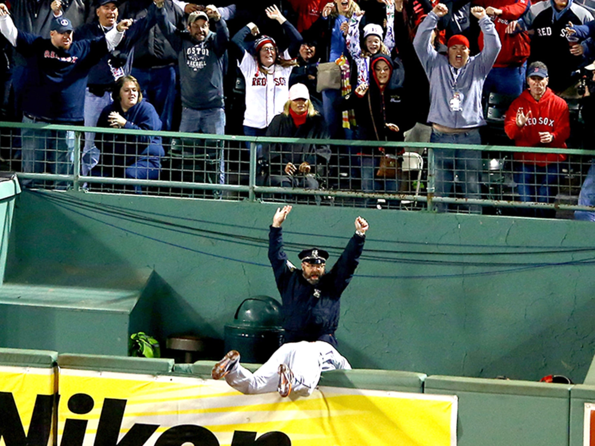 8C9358990-tdy-131014-red-sox-police-teas