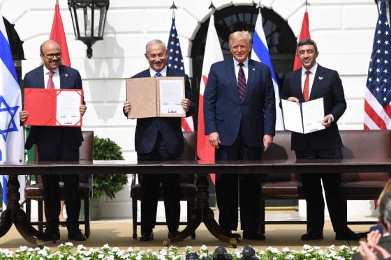 Từ trái qua, Bộ trưởng Ngoại giao Bahrain Abdullatif al-Zayani, Thủ tướng Israel Benjamin Netanyahu, Tổng thống Donald Trump và Bộ trưởng Ngoại giao UAE Abdullah bin Zayed Al-Nahyan tham gia ký kết Hiệp định Abraham mà các nước Bahrain và Các Tiểu vương q