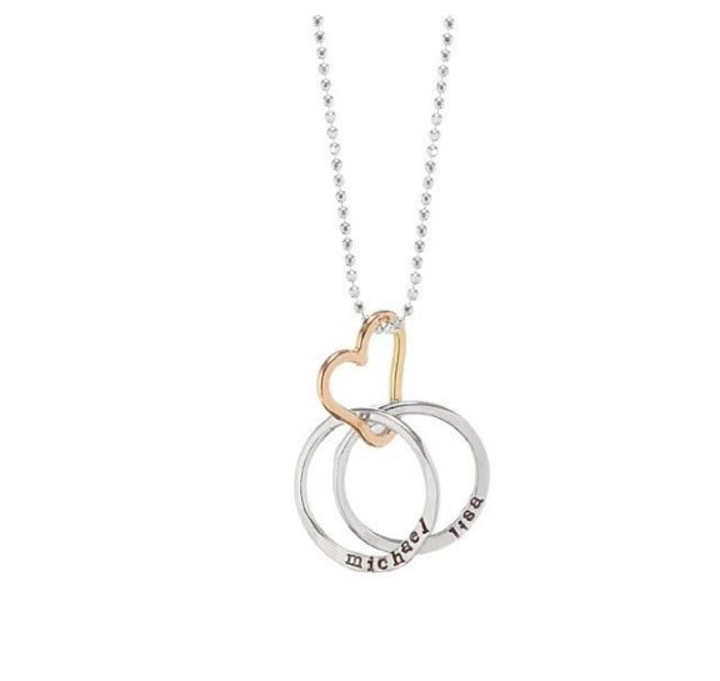 6 pieces of personalized jewelry for moms