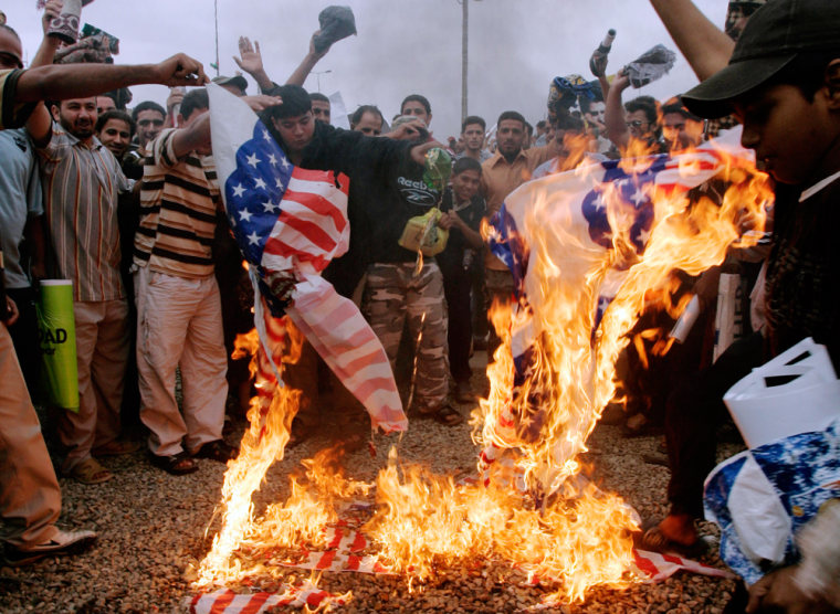Image:  Iraqis demonstrate against pact