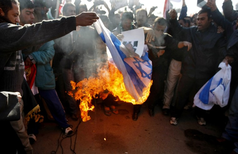 Image: Iraqi demonstrators burn the Israeli flag