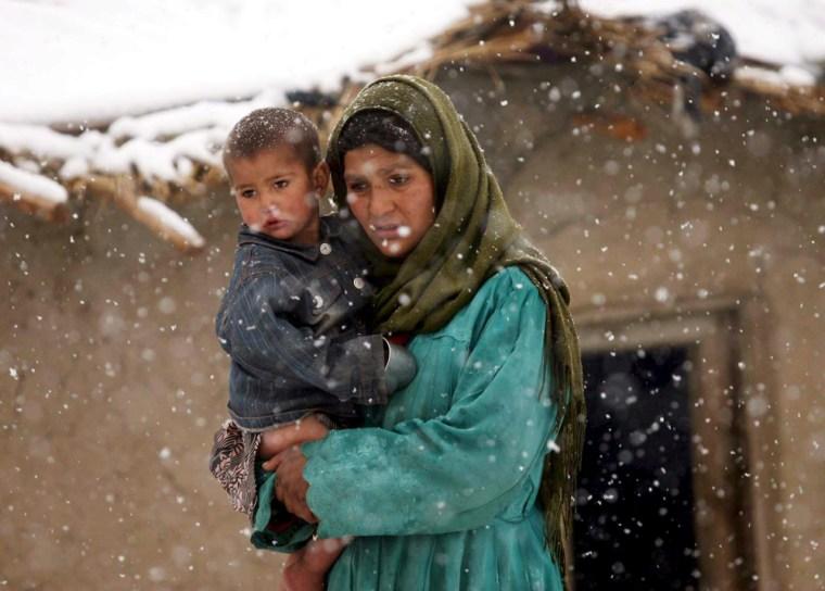 Image: Afghan women receive food aid