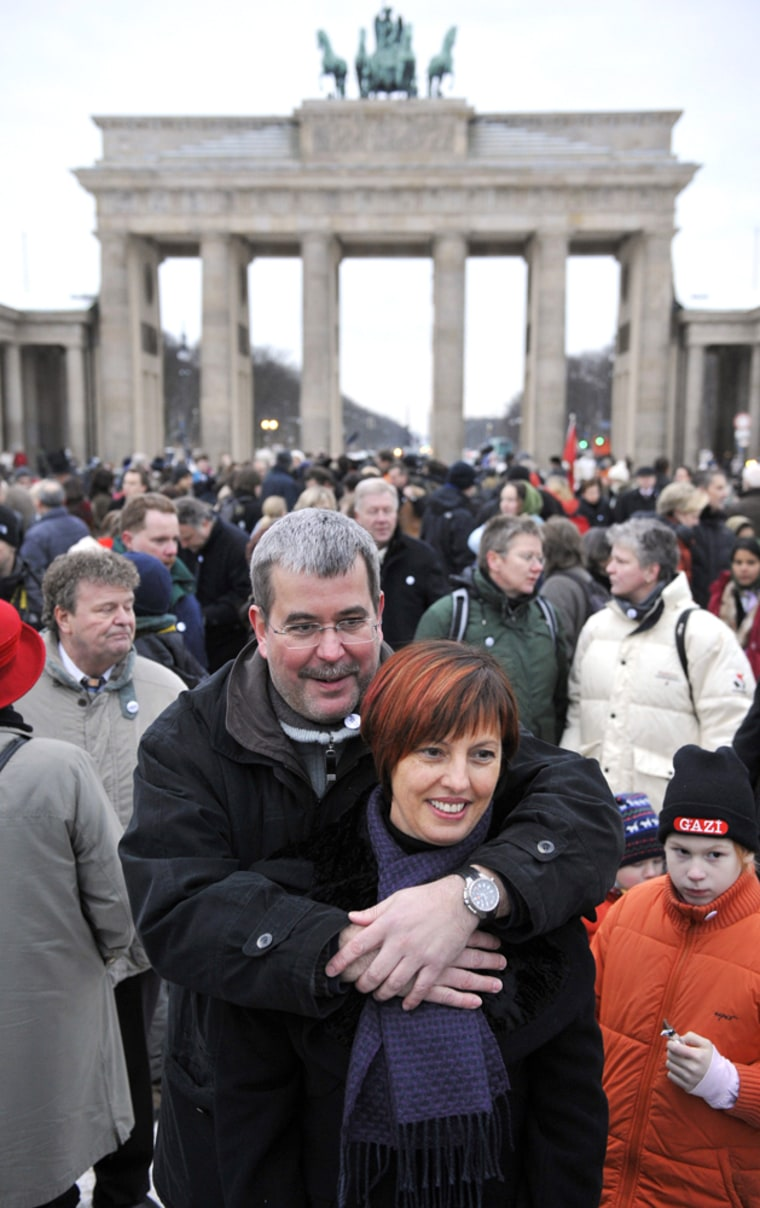 Image: couple in front of Brandenburger Gate