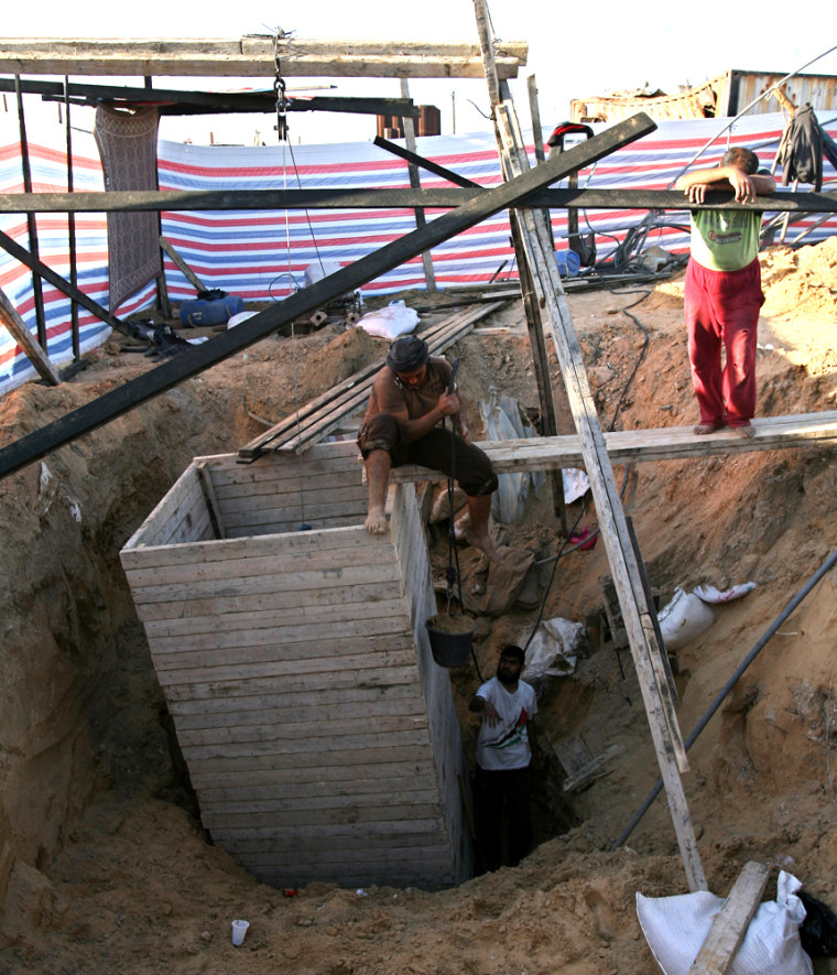 Image: Palestinians repair smuggling tunnels