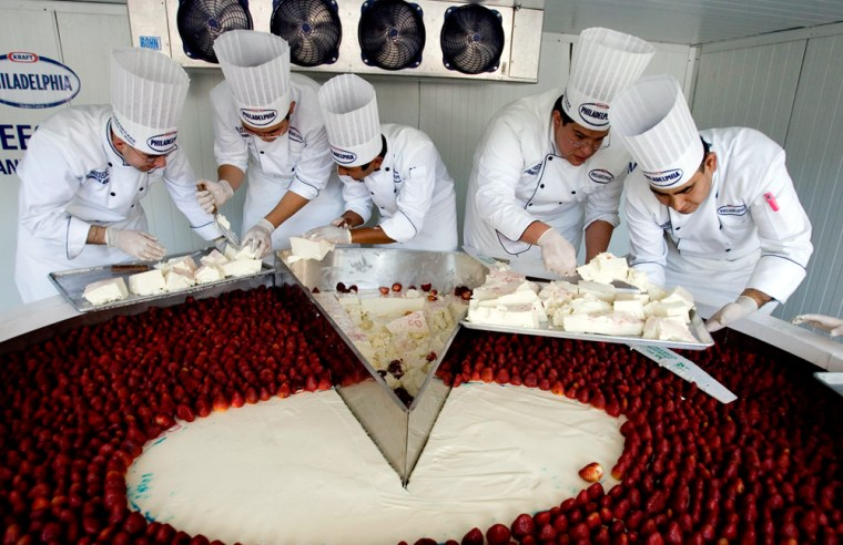 Image: Chefs serve what they claim to be the world's largest cheesecake