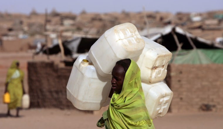 Image: A displaced Sudanese woman carries a jerrycan in search of water