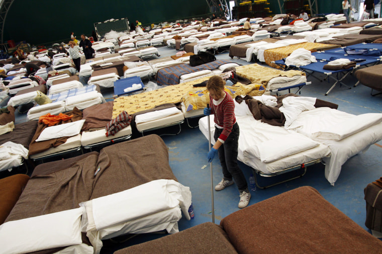 Image: Displaced people live in a temporary shelter