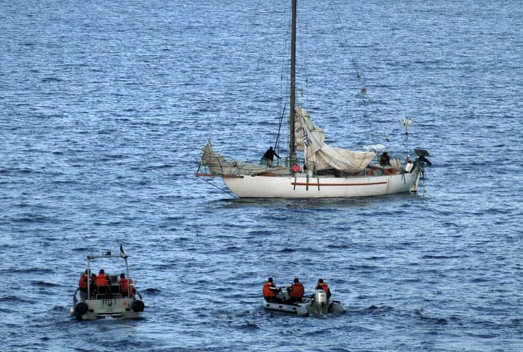 Image:French yacht Tanit seen during negotiations between the French navy and the pirates