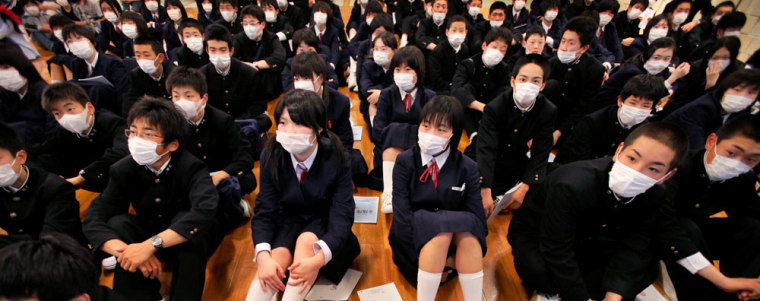 Image: Japanese junior high school students wear mask