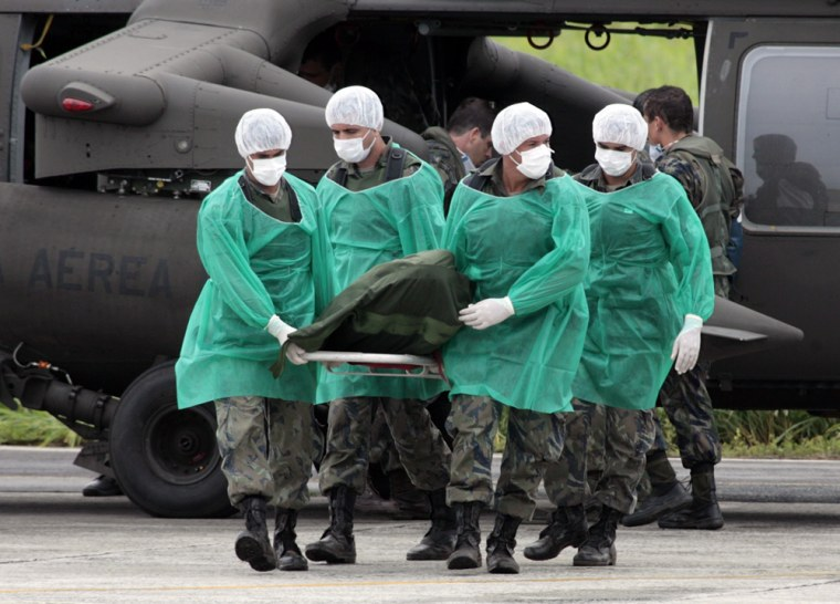 Image: Military of Brazilian Air Force carry recovered bodies