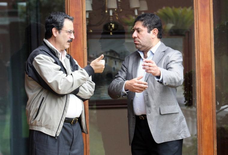 Image: Milton Jimenez (R), member of ousted Honduran president Manuel Zelaya's Committee talking with Mauricio Villeda (L), Roberto Micheletti's intermin government advisor