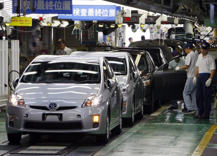 Image: newly assembled Prius cars at Toyota Tsutsumi Plant i