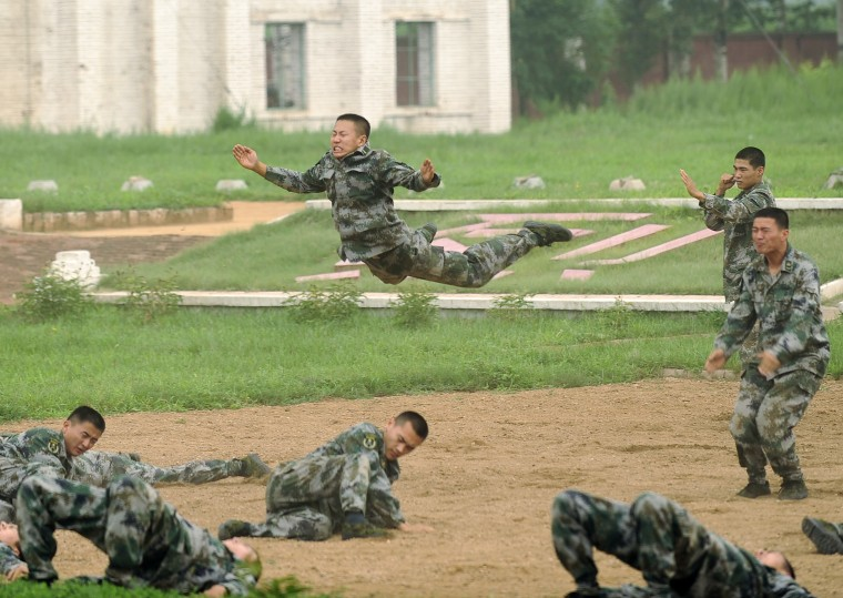 Image: Chinese soldiers show off fighting skills